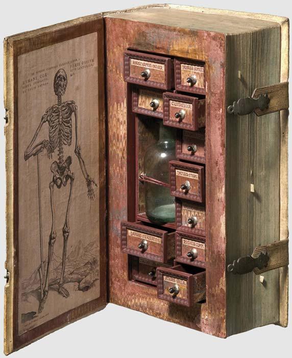 """El libro falso del siglo XVII aparece como """"gabinete del envenenador"""". (BookAddiction)"""