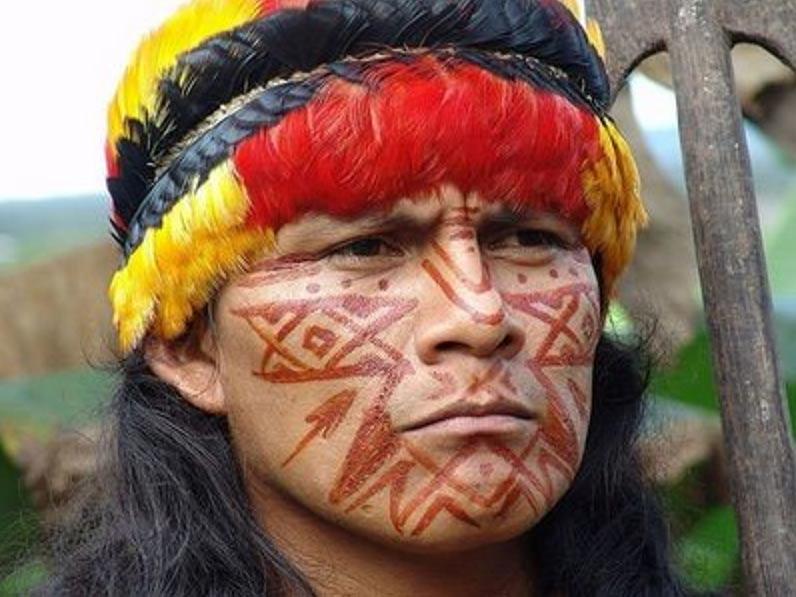 Hombre Shuar con su atuendo y pinturas tradicionales (CC BY-SA 3.0)