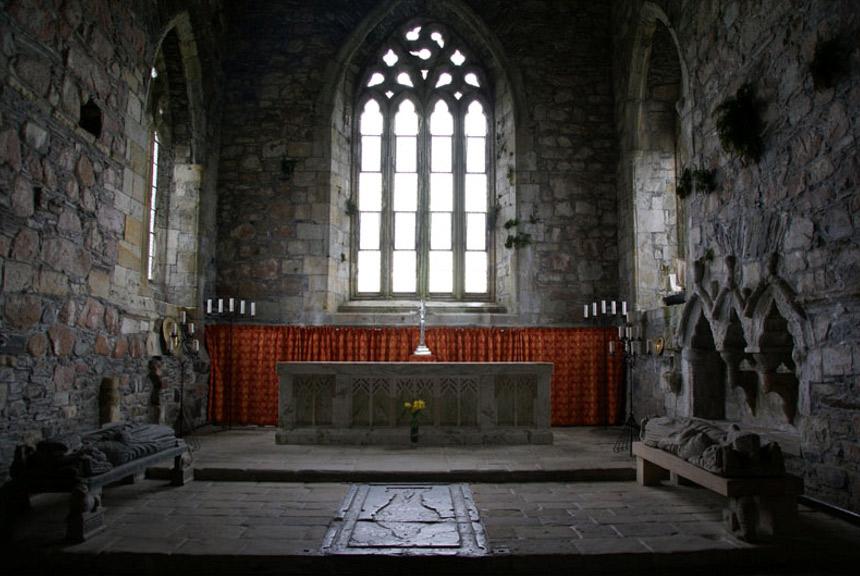 Abadía de Iona. La marca en el suelo podría señalar la localización de las tumbas de varios jefes MacLeod y de uno de los portadores de la famosa Bandera de las Hadas.