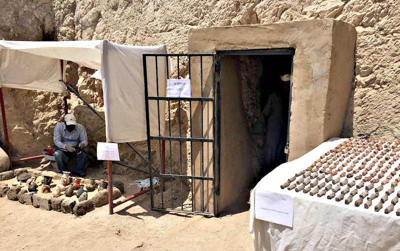 Puerta de acceso al mausoleo recientemente descubierto y exposición de algunos de los miles de objetos recuperados. (Fotografía: ABC)