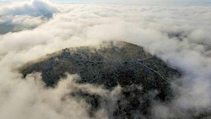La acrópolis de la ciudad recién descubierta apenas es visible durante un día nublado en las llanuras de Tesalia. (Fotografía: ABC/SIA / Efak / YPPOA)