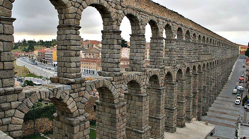 El acueducto de Segovia fue construido en el siglo II d. C., en tiempos del emperador romano Trajano. (AdríPozuelo/CC BY-SA 3.0)