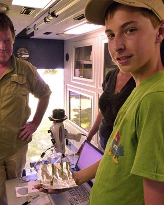 Adam Ziegler con la minúscula bala de cañón descubierta por él mismo y que ha ayudado a probar la existencia de Etzanoa. (Donald Blakeslee)