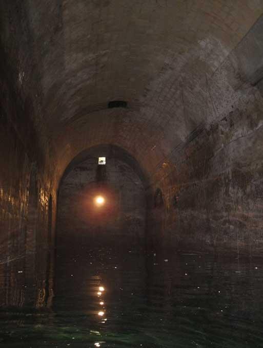 Agua del interior de uno de los túneles que existen bajo la superficie de La Valeta, Malta. (Valletta Underground)