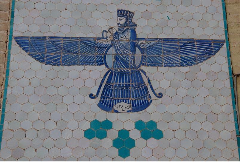 El dios Zoroástrico Ahura Mazda, tal como aparece en un mosaico esmaltado de Taft, en Irán (A. Davey/Flickr)