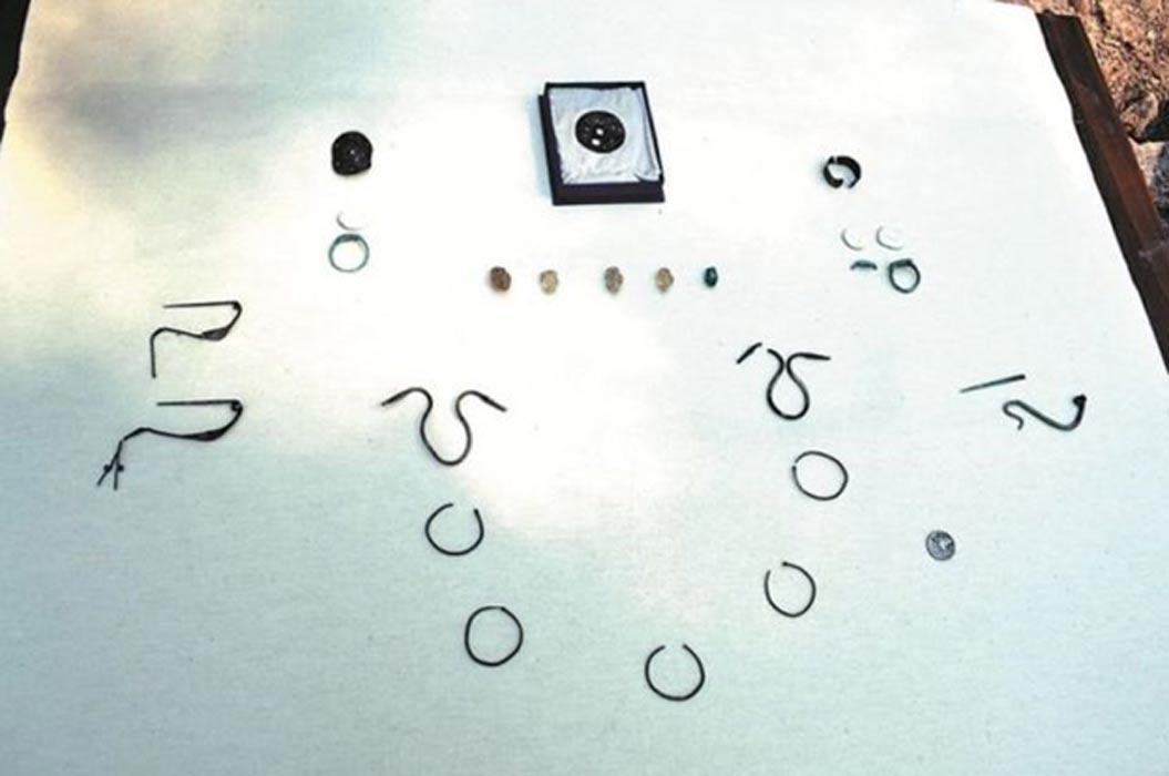 Elementos del ajuar funerario hallado en la tumba recientemente descubierta perteneciente a una mujer de la nobleza tracia, entre los que hay joyas de plata y bronce. (Fotografía: 24 Chasa)