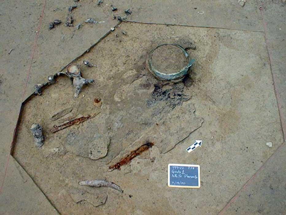 El ajuar funerario hallado en la tumba: un caldero, dos lanzas de hierro, una espada y la pieza de un casco. (Bettina Arnold)