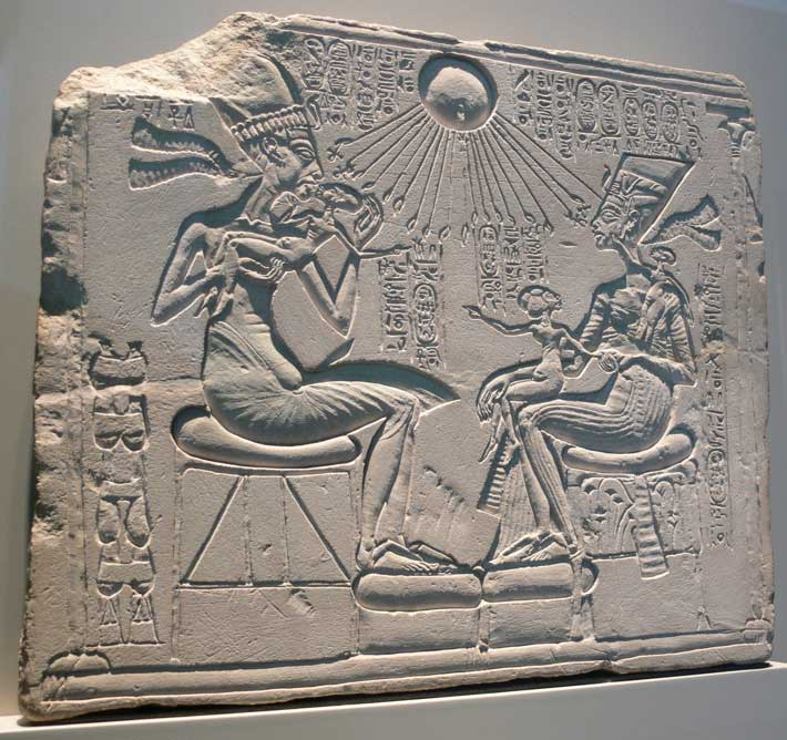 Akenatón, Nefertiti y sus hijos reciben los rayos del sol, Atón, el dios al que Akenatón encumbró por encima de todos los demás dioses. (Foto: Andreas Praefcke/Wikimedia Commons)