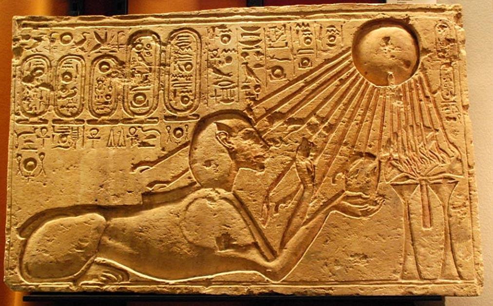 Este relieve en piedra procedente de la antigua ciudad egipcia de Amarna muestra a Akenatón como esfinge, con Atón, el dios sol, iluminándoles a él y a su ofrenda. (Foto: Hans Ollerman/Wikimedia Commons)