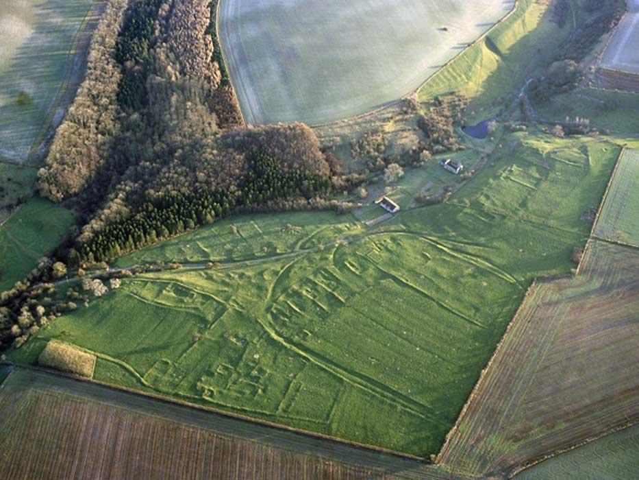 Los contornos de lo que antaño fuera la aldea de Wharram Percy aún son visibles desde el aire. (Historic England/PA Wire)