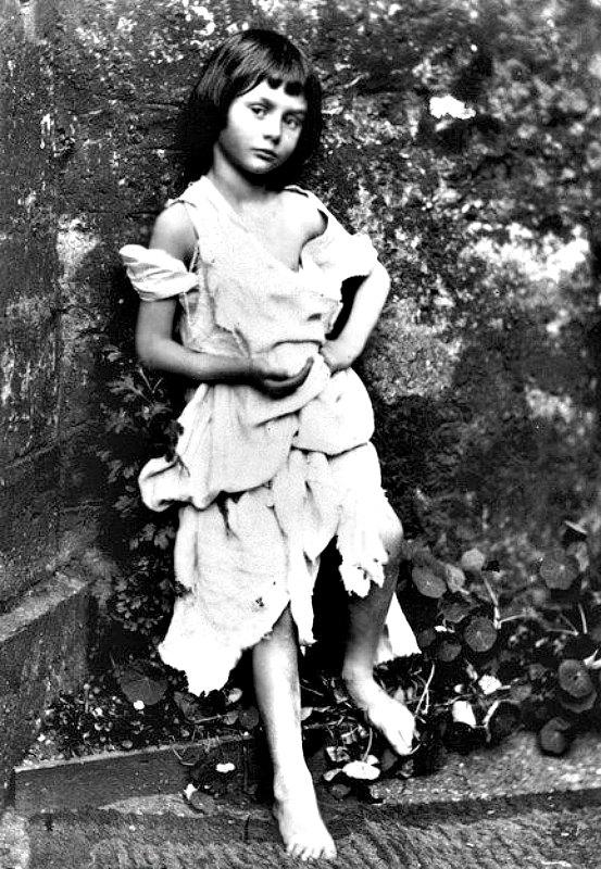 Alice Liddell, disfrazada de mendiga. Fotografía de Charles Dodgson, nombre real de Lewis Carroll (1858). (Public Domain)