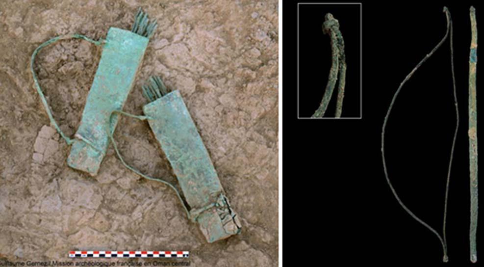 Izquierda: Las dos pequeñas aljabas de cobre y bronce descubiertas en Mudhmar Este. Derecha: Arco no-utilitario, fabricado íntegramente en cobre y bronce. (Imagen: © Guillaume Gernez / Mission archéologique française en Oman central).