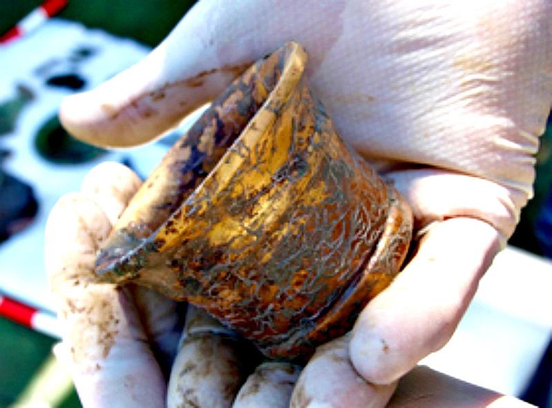 El almirez de oro recuperado por los arqueólogos subacuáticos del pecio de La Mercedes. (Fotografía: El Mundo)
