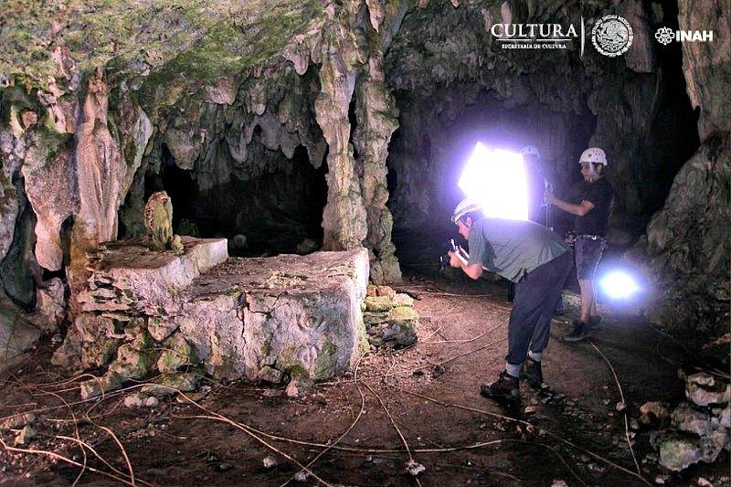 Imagen del altar maya descubierto con la ofrenda sobre él, consistente en un fragmento de estalagmita, elemento que los mayas vinculaban con la fertilidad. (Fotografía: INAH/Leyla Ortega. Proyecto GAM)