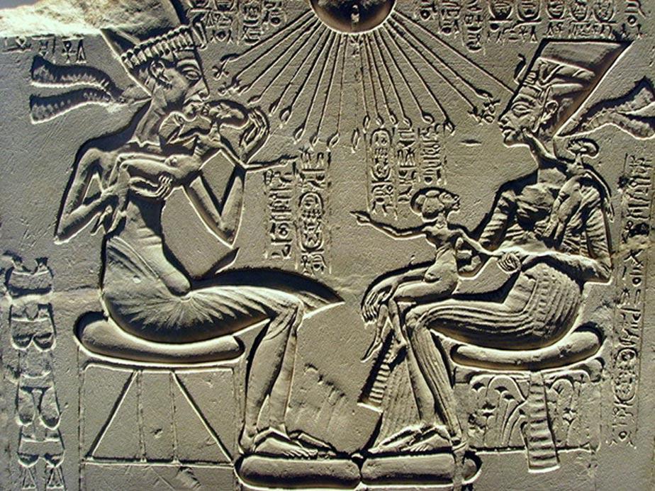 Altar de adoración familiar en el que aparecen Akenatón, Nefertiti y tres de sus hijas; piedra caliza; Imperio Nuevo, período de Amarna, dinastía XVIII; c. 1350 a. C. – Colección: Museo Egipcio de Berlín, Inv. 14145. (Public Domain)