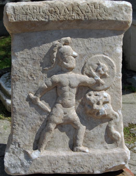El hijo de Hércules lucha contra una hidra de múltiples cabezas en una escena labrada sobre la superficie de un antiguo altar de mármol hallado en Turquía. La batalla recuerda el combate del propio Hércules contra la Hidra. (Fotografía: Hasan Malay)