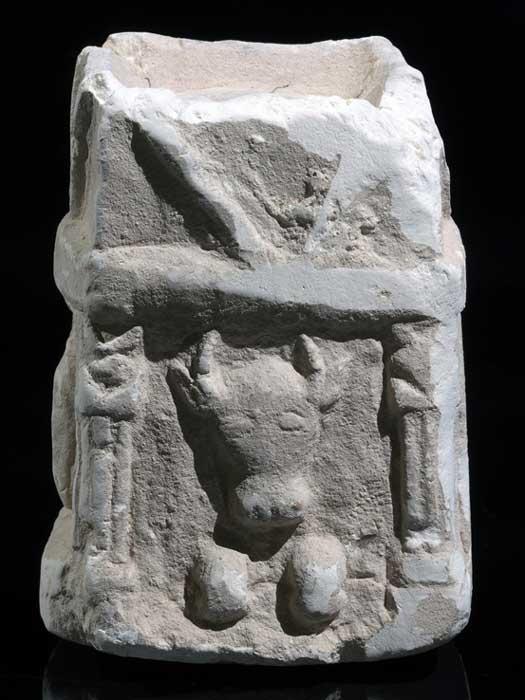 Altar para incienso con la imagen tallada de un toro, tal y como fue descubierto en el yacimiento de Horvat 'Amuda (Imagen: Clara Amit, Autoridad de Antigüedades de Israel)