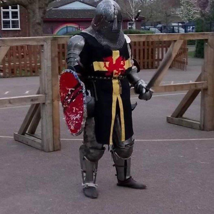 Alun Powell ataviado con sus armas y armadura medievales. (Alun Powell/Facebook)