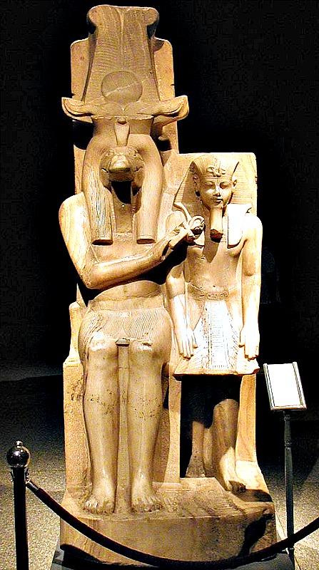 Estatua de Amenhotep III y el dios Sobek, procedente del templo de Sobek, en Dahamshaen. Museo de Luxor. (Gérard Ducher/CC BY-SA 2.5)