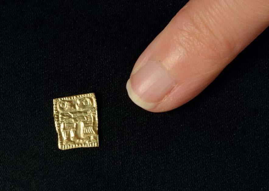 Estos amuletos de oro son diminutos, aproximadamente del tamaño de la uña del dedo meñique. (Foto: Vegard Vike y Jessica McGraw / Museo de Historia Cultural, Oslo)