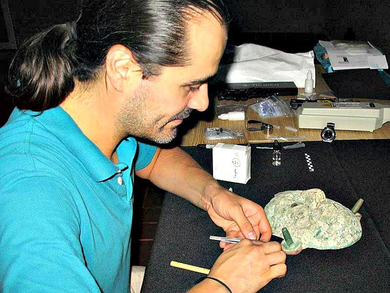 El arqueólogo del INAH, Emiliano Melgar, estudiando la réplica de la máscara de la Reina Roja. (Fotografía: Proyecto Estilo y Tecnología de los Objetos Lapidarios en el México Antiguo/INAH)