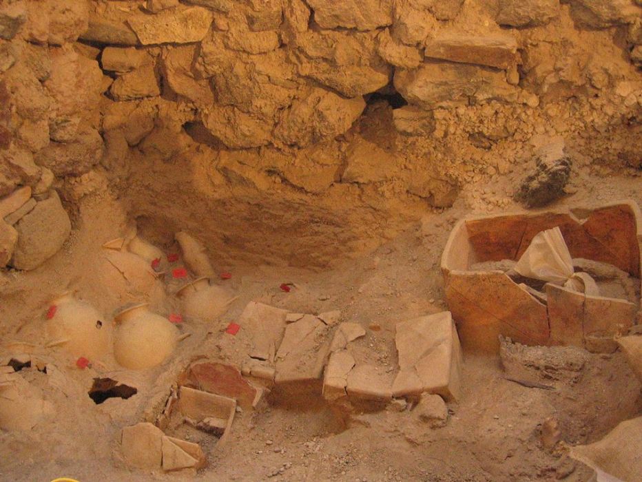 Los arqueólogos han descubierto en Akrotiri, Thera, antiguas ánforas y pequeños cofres rectangulares de arcilla. (Ministerio Helénico de Cultura / Eforato de las Cícladas)