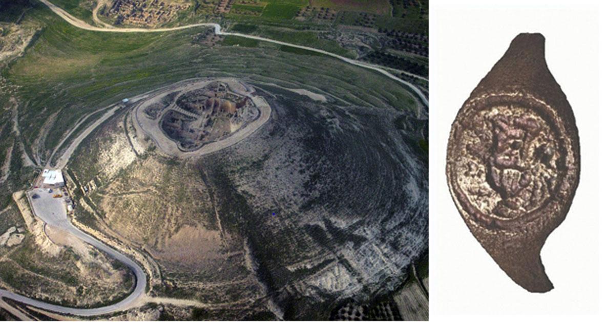 El anillo (derecha) fue descubierto en las excavaciones de la fortaleza de Herodes hace 50 años. (Izquierda; Dominio público. Derecha; C. Amit, a través de la Universidad Hebrea)