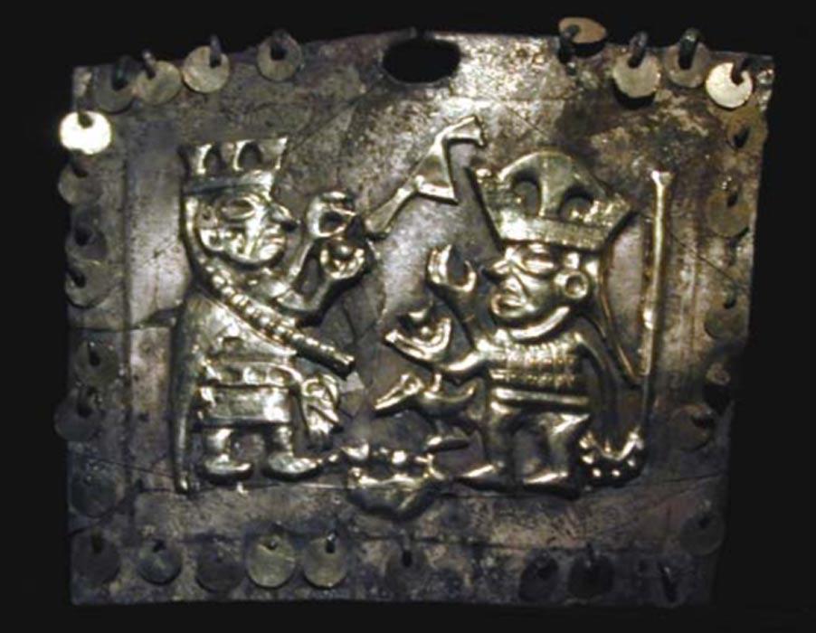 Anillo de oro para la nariz en cuya decoración se observa una sacerdotisa ofreciéndole una copa llena de sangre a un guerrero-pájaro. (Proyecto Arqueológico Sipán, Lambayeque)