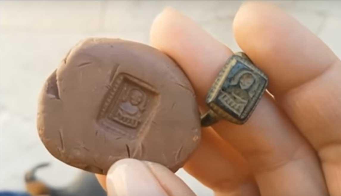 El anillo medieval de San Nicolás con su impresión en arcilla. (Youtube)