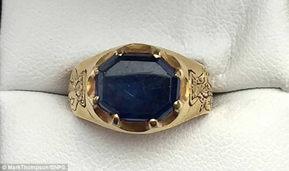 El Museo Británico está analizando el anillo y podría reconocerlo como tesoro nacional en breve, aunque en este caso su descubridor cobraría asimismo una recompensa. (Fotografía: Mark Thompson)