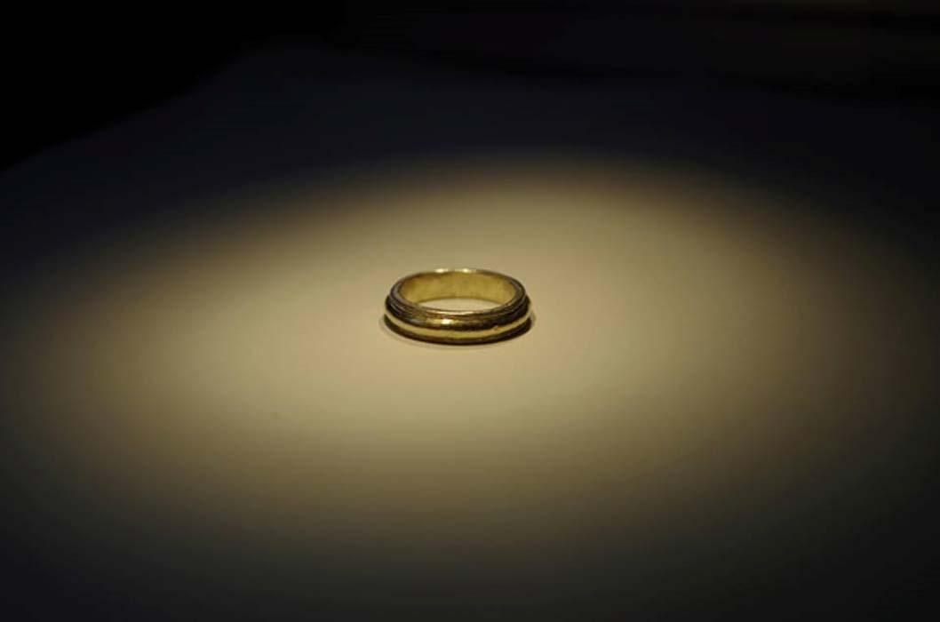 Anillo de oro descubierto con anterioridad en Sandby Borg. (Ludvig Papmehl-Dufay)