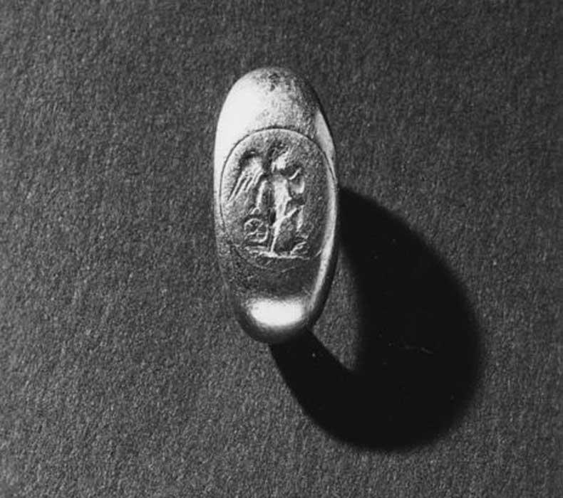 Anillo romano de oro del siglo III a. C. con una representación de Cupido (dios del amor y el deseo) con una bola en la mano y el pie apoyado sobre una roca. Walters Art Museum. (CC0)