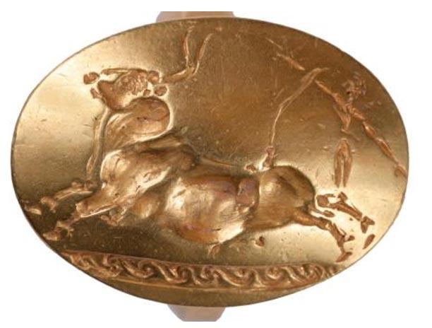 Uno de los cuatro anillos descubiertos en la tumba del Guerrero del Grifo está decorado con la imagen grabada de un toro saltando. (Jennifer Stephens/University of Cincinnati)
