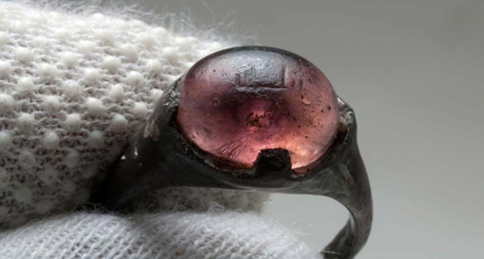 En el 2015, los arqueólogos examinaron un anillo del siglo IX hallado en una tumba vikinga con la inscripción 'Por Alá' grabada sobre la piedra de cristal coloreado. Procedía directamente de la cultura seléucida de Asia menor. (Fotografía: Christer Åhlin/Museo de Historia de Suecia)