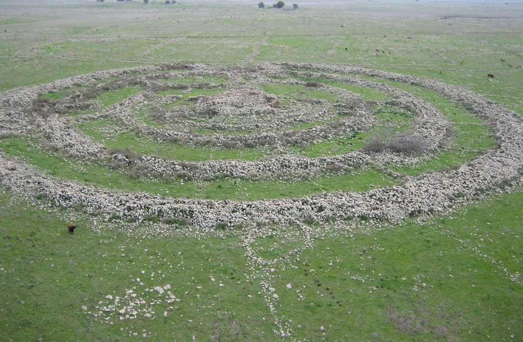 El ganado que pasta en las cercanías del monumento revela la escala de estos enormes anillos de piedra situados en las llanuras de los Altos del Golán. (CC BY-SA 3.0)