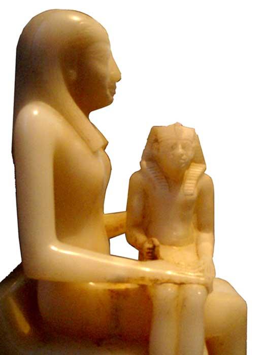 Estatua de alabastro de Ankhesenmeryra II y su hijo Pepi II. (CC BY-SA 2.5)