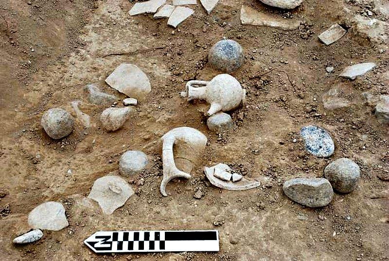 Cerámica recogida de las ruinas del asentamiento cercano a la ciudad de Hala Sultan Tekke en anteriores excavaciones. (Fotografía: Peter Fischer/Noticias de la Ciencia)