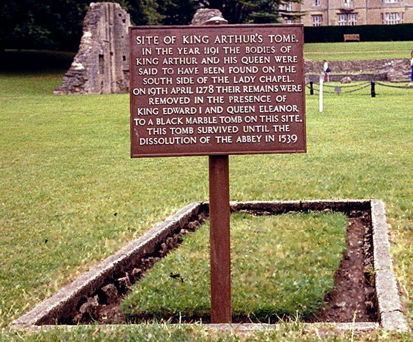 El lugar en el que se encontraban supuestamente en un principio las tumbas del rey Arturo y la reina Ginebra, bajo el altar principal. Los arqueólogos encontraron aquí material óseo datado entre los siglos XI y XV. (CC BY-SA 3.0)
