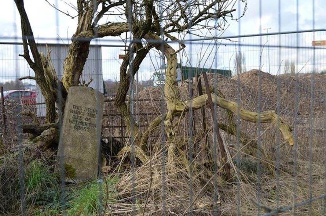 Piedra conmemorativa que marca el antiguo emplazamiento de la Cruz de Netherton. (Scottish Construction Now!)