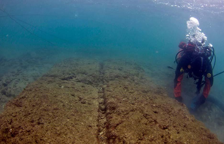 Un arqueólogo investiga los restos de unos antiguos astilleros en el puerto de Mounichia, una de las zonas involucradas en la batalla de Salamina, en una jornada con muy buena visibilidad subacuática. (Universidad de Copenhague)