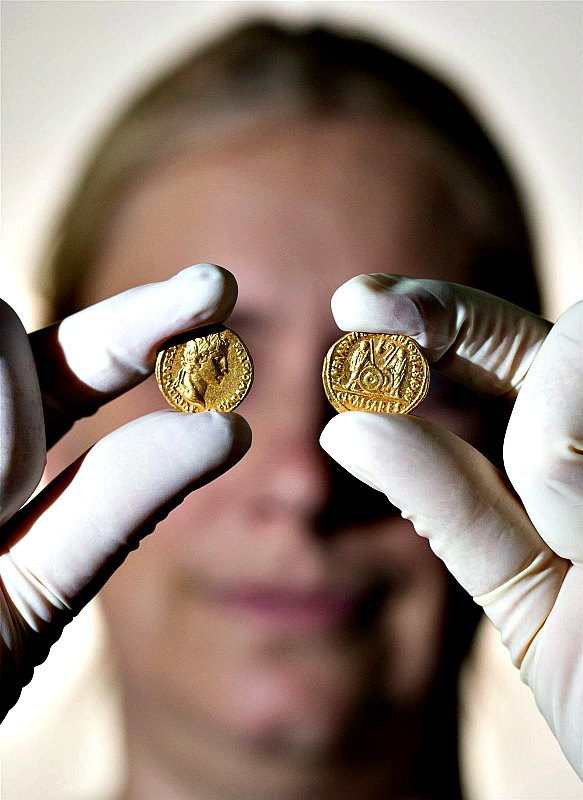 El anverso y el reverso de las monedas están acuñados con el perfil del emperador Augusto y las efigies de sus nietos Lucio y Cayo respectivamente. (Fotografía: National Geographic/Friso Gentsch / picture-alliance / dpa / AP Images / Gtres)