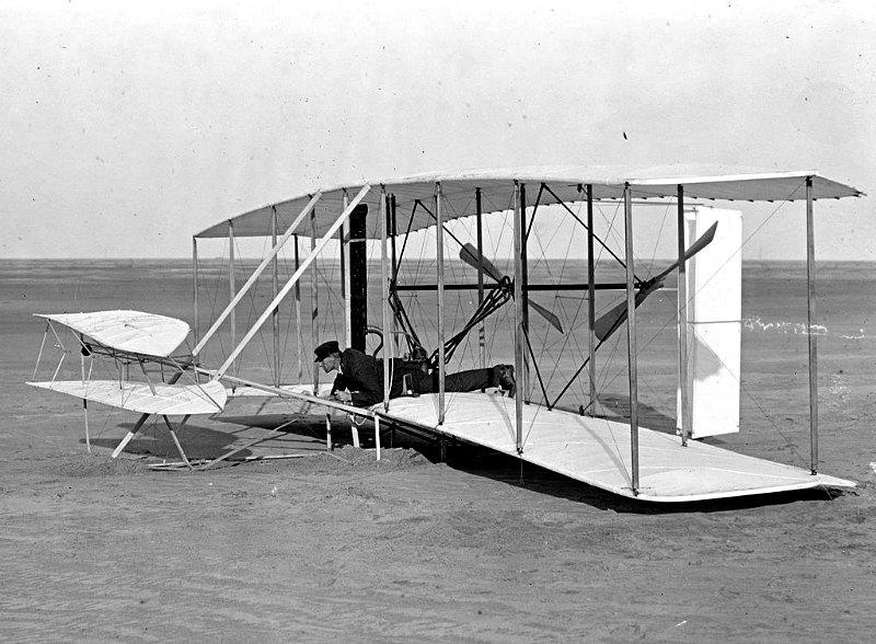 Wilbur Wright a los mandos de un dañado Wright Flyer, tras un intento fallido de vuelo llevado a cabo el 14 de diciembre de 1903 en Kitty Hawk, Carolina del Norte. (Fotografía: Biblioteca del Congreso de los Estados Unidos)