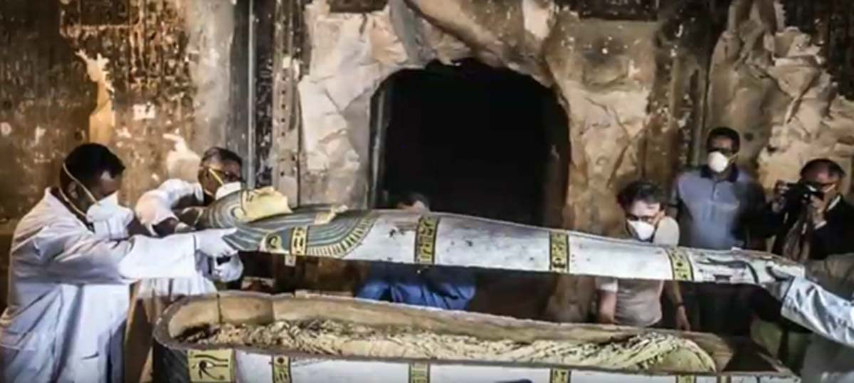 Apertura del sarcófago que albergaba la momia de la mujer. (Captura de pantalla de Youtube)