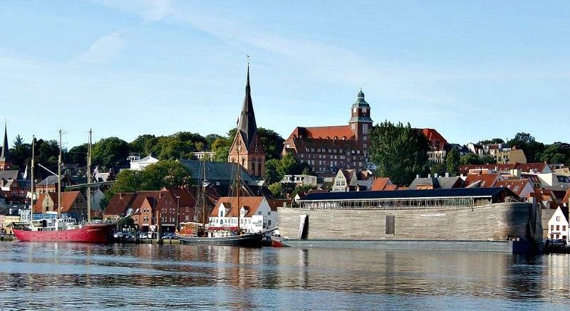 El arca atracada en el puerto de Flensburgo, Alemania, en el año 2013. Con capacidad para transportar 5.000 personas, pesa alrededor de 2.500 toneladas. (Sönke Rahn/CC BY-SA 3.0)
