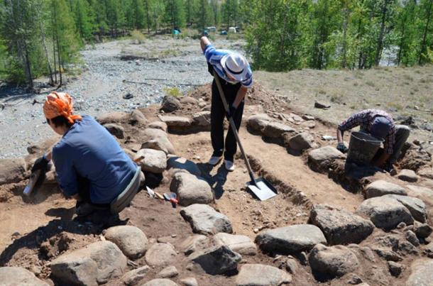 Arqueólogos excavando en el lugar en el que fueron descubiertos los restos del niño. Fotos: Universidad Estatal de Gorno-Altaisk