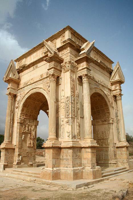 Arco del emperador romano Septimio Severo en las ruinas de Leptis Magna (Wikimedia Commons/Daviegunn)
