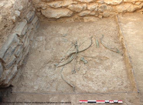 Arcos, flechas, dagas y hachas esparcidos sobre el suelo de este antiguo edificio descubierto en Mudhmar East, Omán. Fotografía: Guillaume Gernez / Mission archéologique française en Oman central.