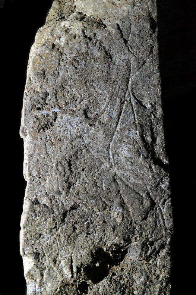 Este gran bloque de piedra caliza, de unos 70 kilos de peso, presenta en dos de sus caras grabados de figuras femeninas esquematizadas, una de ellas completa, a la que los arqueólogos han bautizado como la Dama de Arlanpe. (Fotografía: Agencia Sinc)