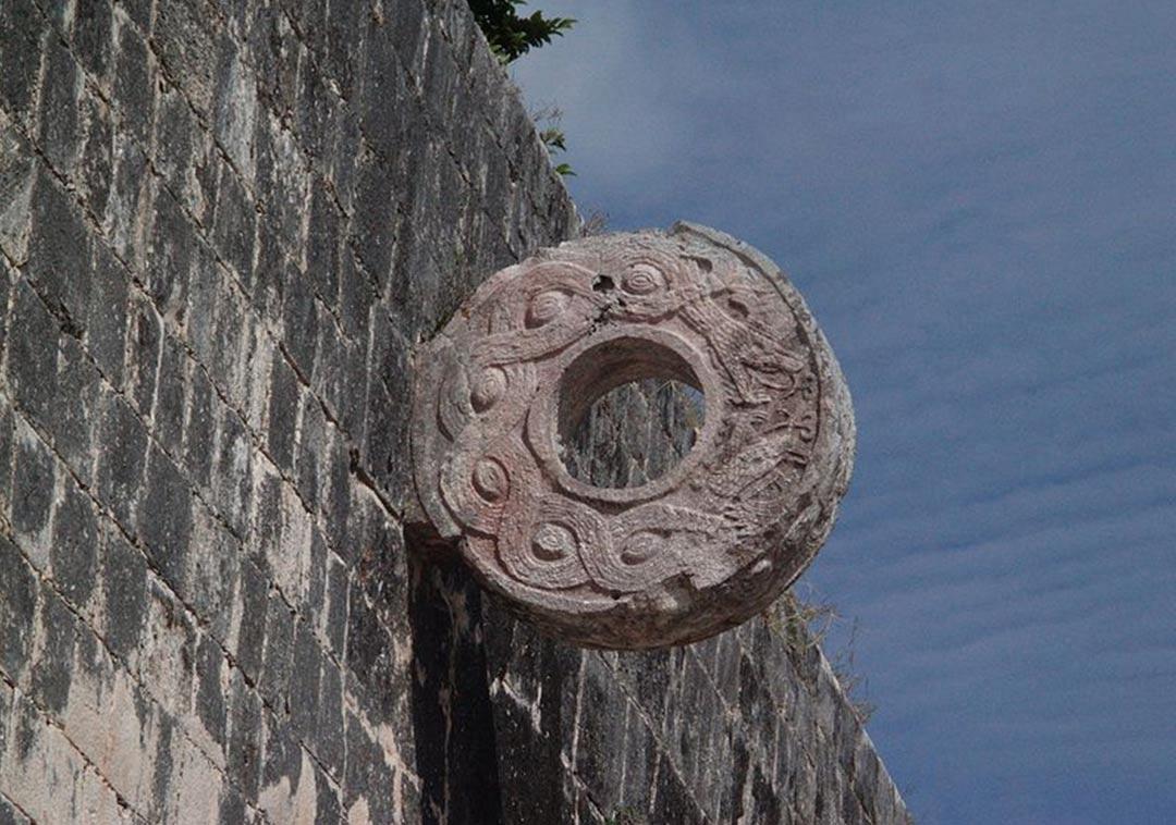 Aro de piedra del juego de pelota de Chichen Itzá (Wikimedia Commons)
