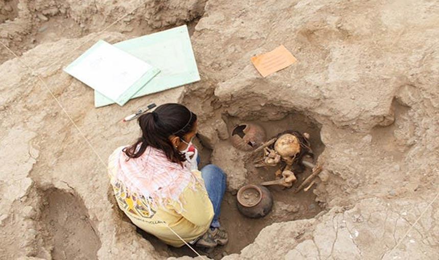 La arqueóloga Mirella Ganoza examinando uno de los enterramientos descubiertos recientemente en el distrito de Miraflores, Lima, Perú. (Ángel Chávez/La Republica)